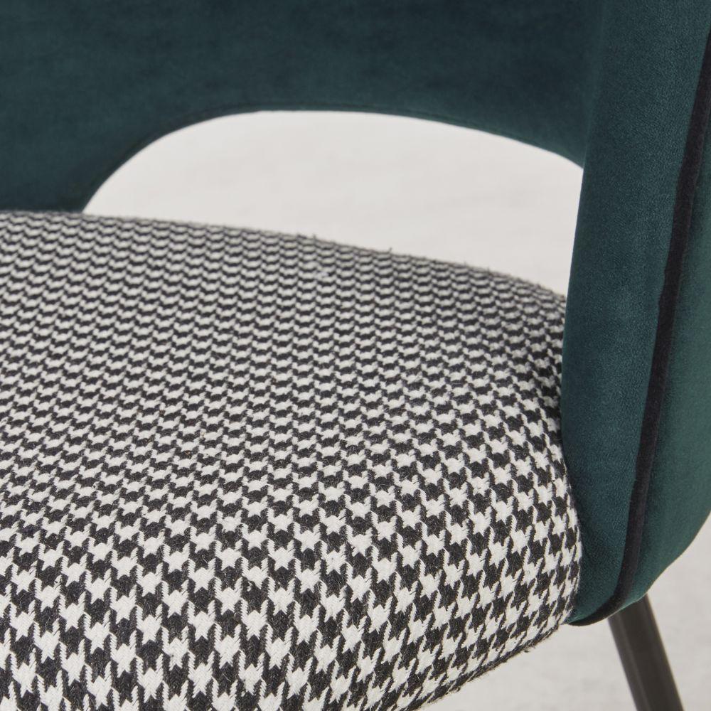Chaise en velours vert sapin et imprimé pied de poule