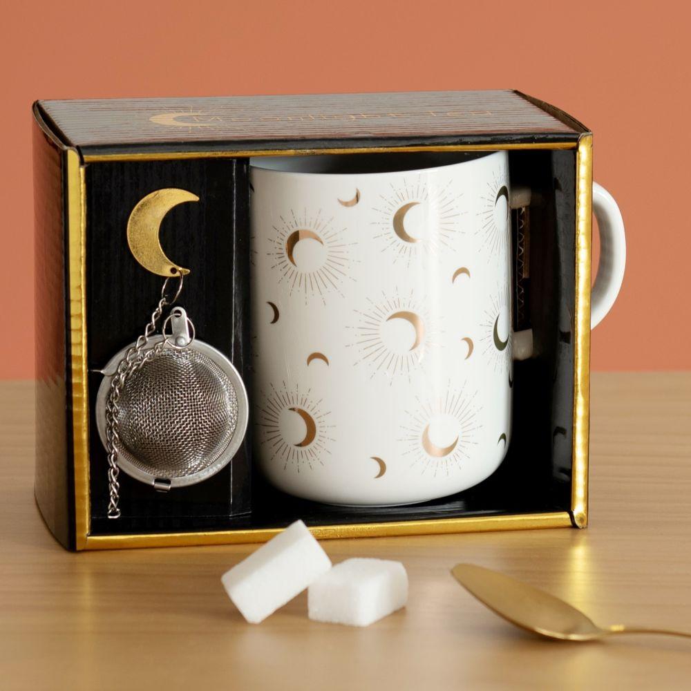 Coffret mug en grès écru motifs lunes dorées et boule à thé en métal