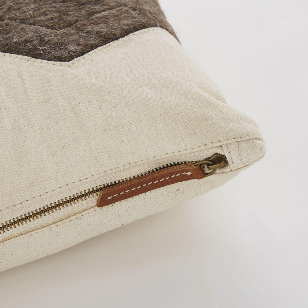 Coussin en coton écru, laine gris anthracite et cuir de chèvre marron 45x45
