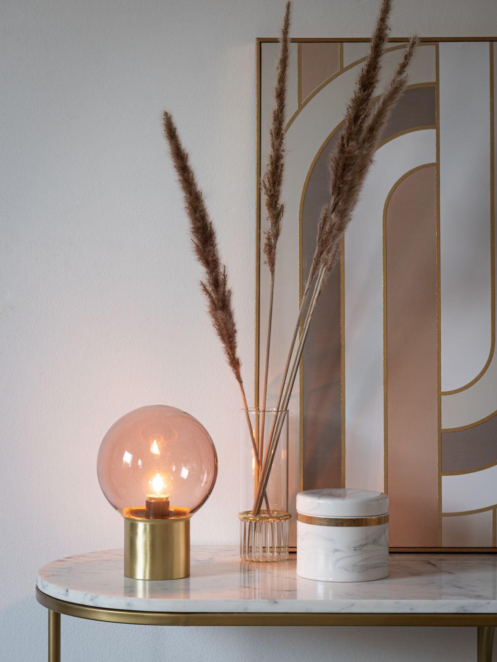 Lampe à piles globe en verre teinté rose et métal doré