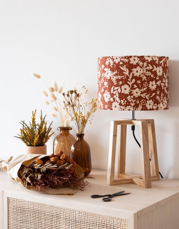 Lampe en hévéa et abat-jour rouge motif floral