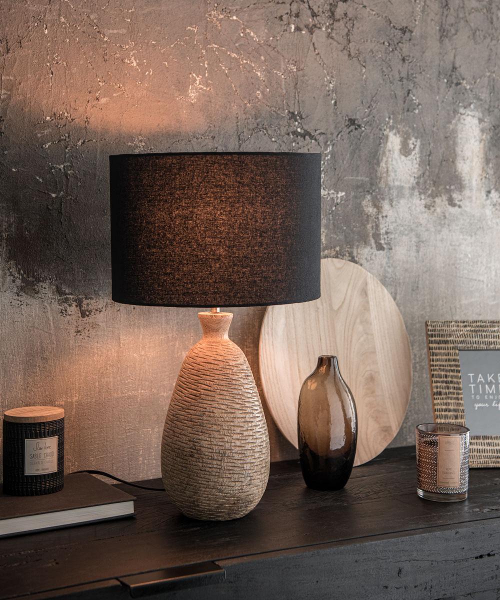 Lampe en manguier gravé et abat-jour en coton noir