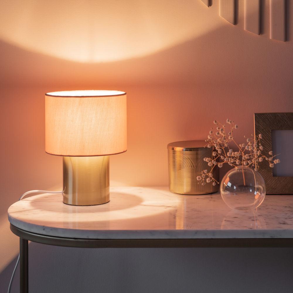 Lampe en métal doré et abat-jour en coton rose