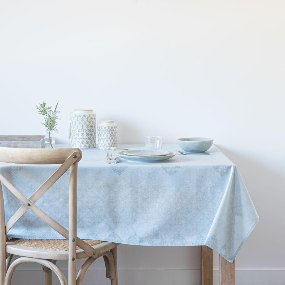 Nappe en coton bleu clair motifs écrus et bleu foncé150x250