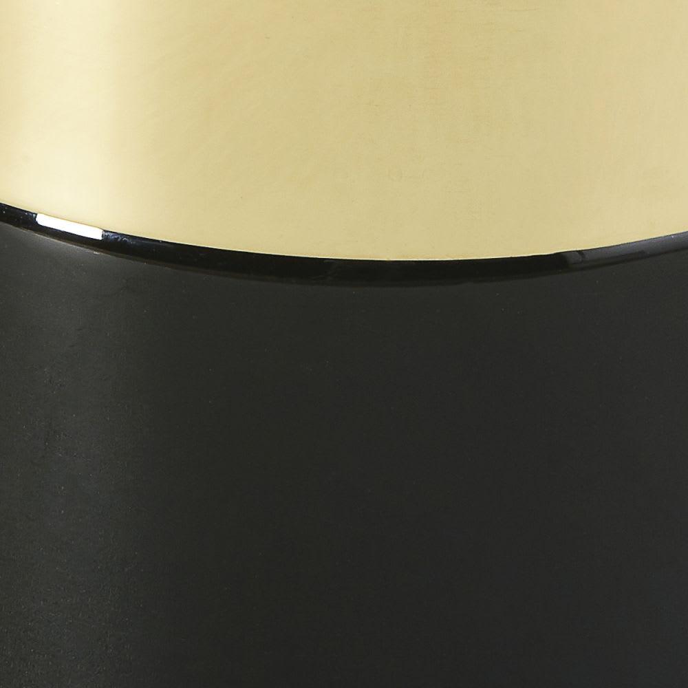 beistelltisch aus goldfarbenem metall und schwarzem glas. Black Bedroom Furniture Sets. Home Design Ideas