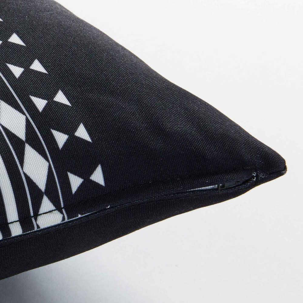 coussin de jardin graphique en tissu noir et blanc 30x50. Black Bedroom Furniture Sets. Home Design Ideas
