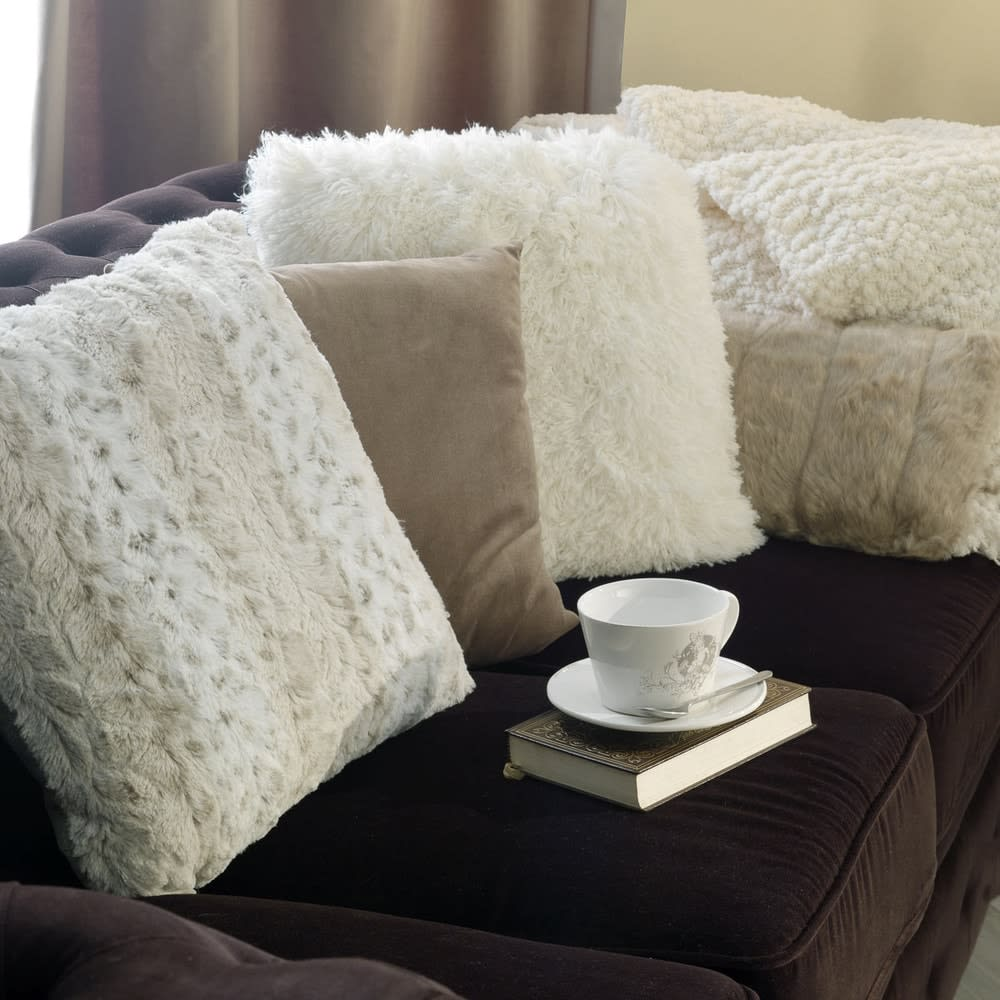 coussin en fausse fourrure cru 45 x 45 cm valthorens. Black Bedroom Furniture Sets. Home Design Ideas
