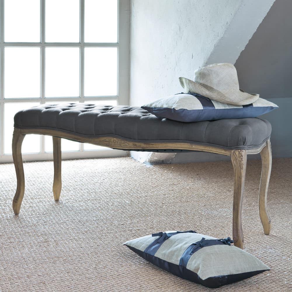 gepolsterte bett bank aus holz und taupefarbenem. Black Bedroom Furniture Sets. Home Design Ideas