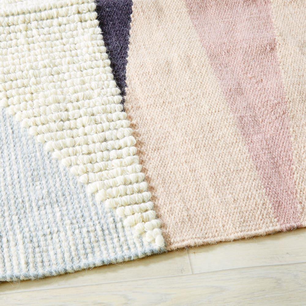 gewebter teppich aus wolle und baumwolle mit grafischen. Black Bedroom Furniture Sets. Home Design Ideas
