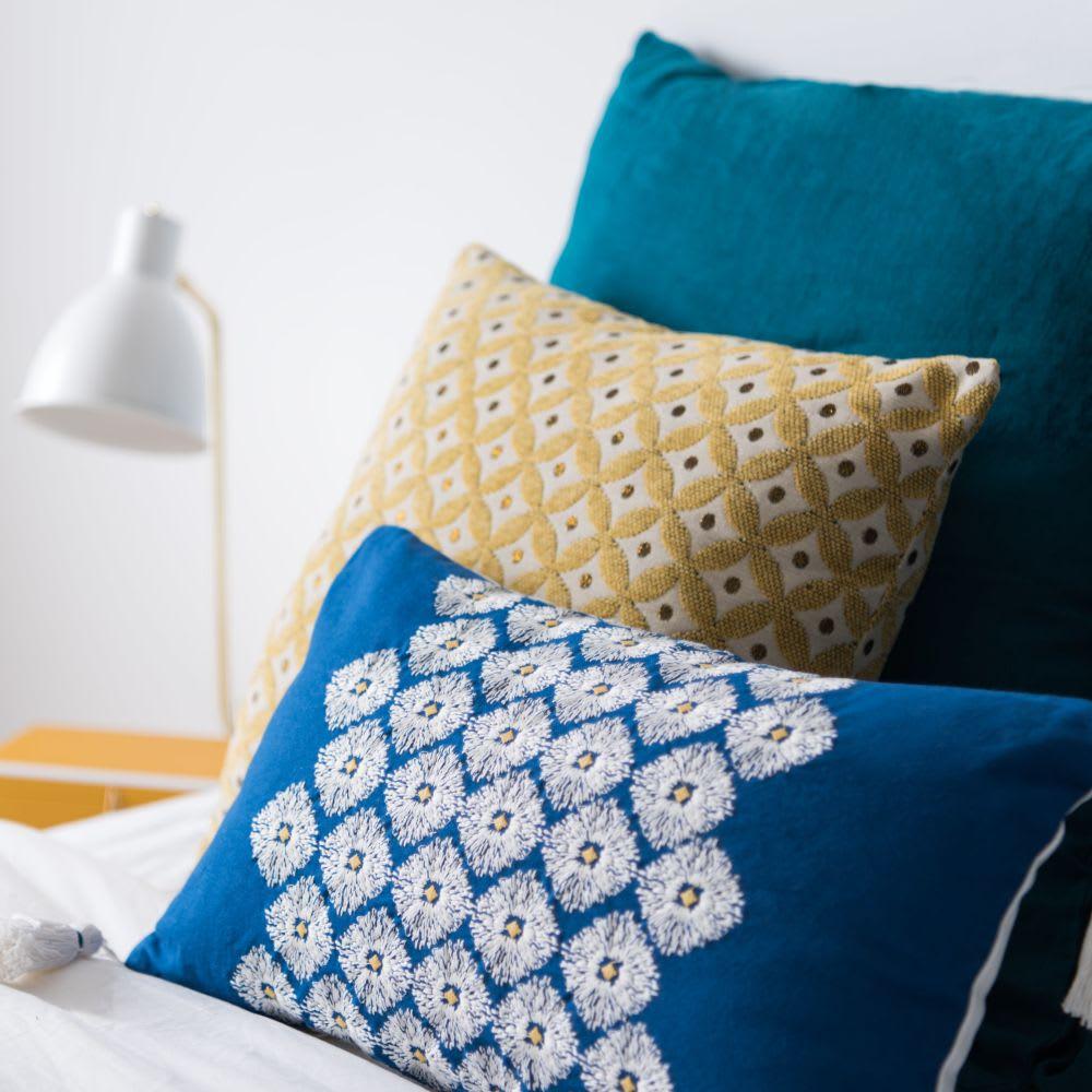 housse de coussin en coton bleu pompons 30x50 aigaleo. Black Bedroom Furniture Sets. Home Design Ideas