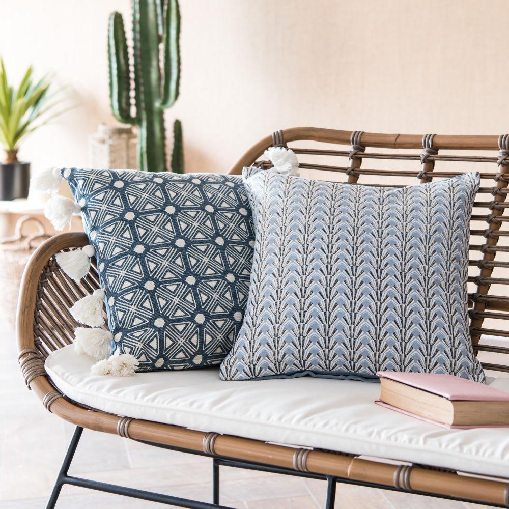 housse de coussin en coton bleu et cru pompons 40x40. Black Bedroom Furniture Sets. Home Design Ideas