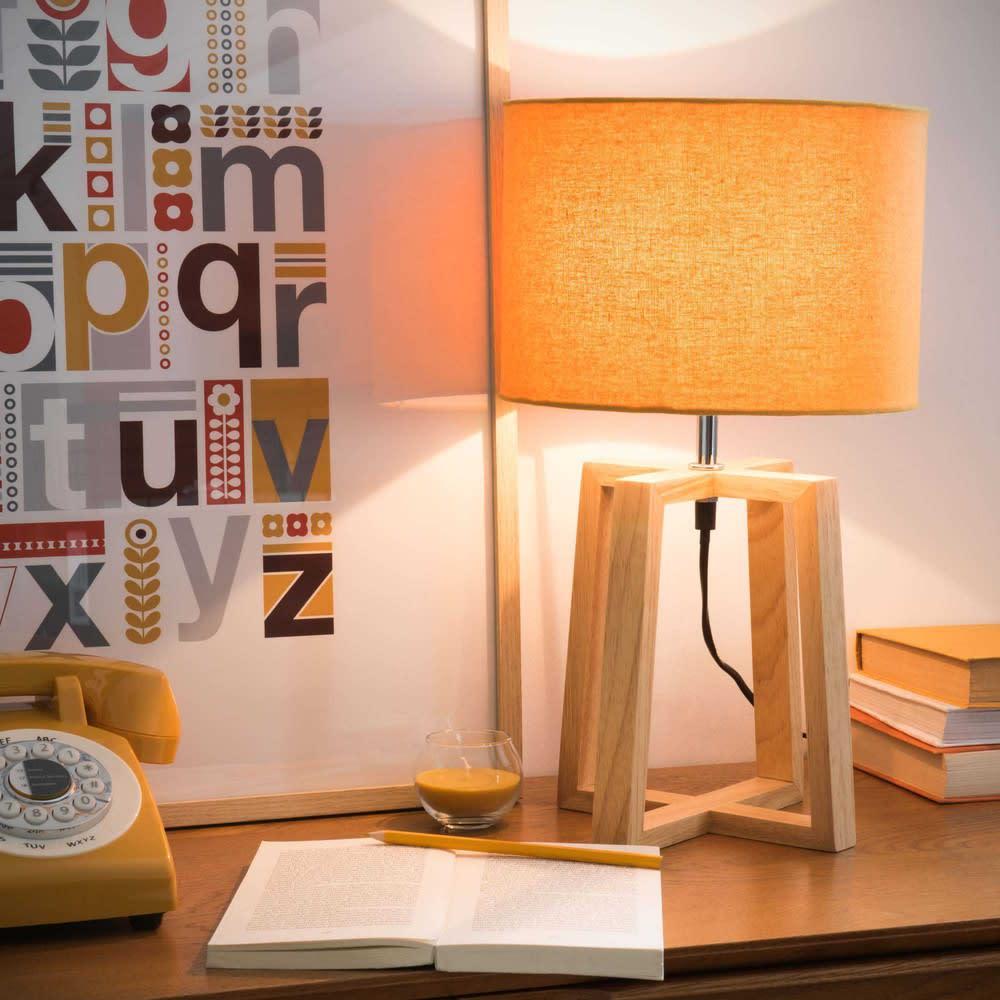 Lampada in legno di hevea con paralume giallo senape Hedmark