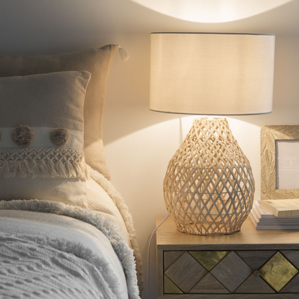 lampe en rotin et abat jour blanc riversides maisons du. Black Bedroom Furniture Sets. Home Design Ideas