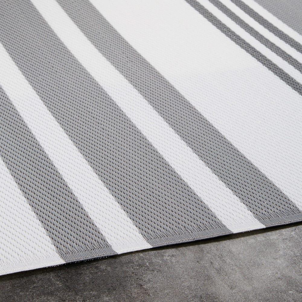 outdoor teppich aus grau und wei gestreiftem stoff. Black Bedroom Furniture Sets. Home Design Ideas