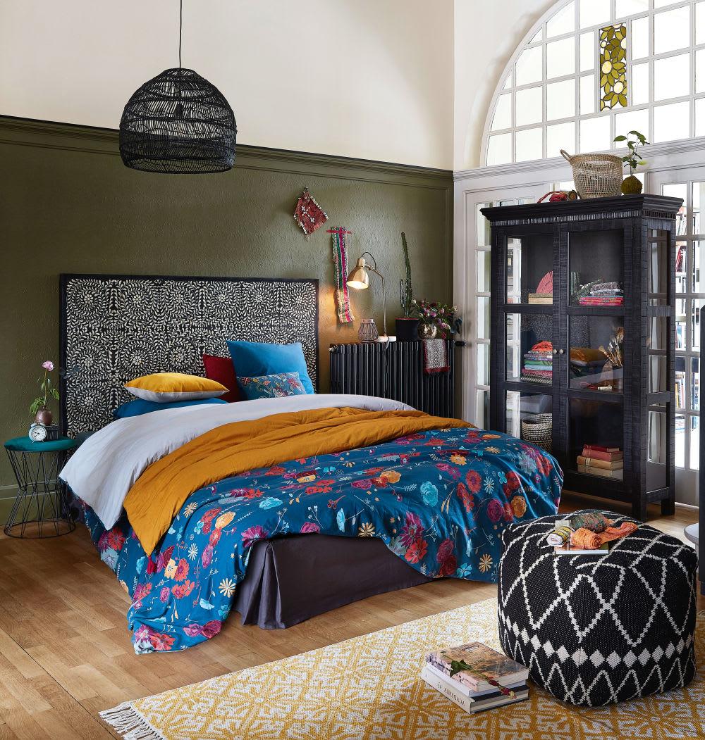 pouf en velours vert et m tal noir carrousel maisons du. Black Bedroom Furniture Sets. Home Design Ideas