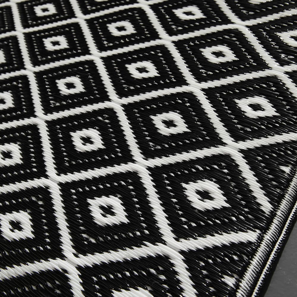 tapis d 39 ext rieur en polypropyl ne noir blanc 120x180 kamari maisons du monde. Black Bedroom Furniture Sets. Home Design Ideas