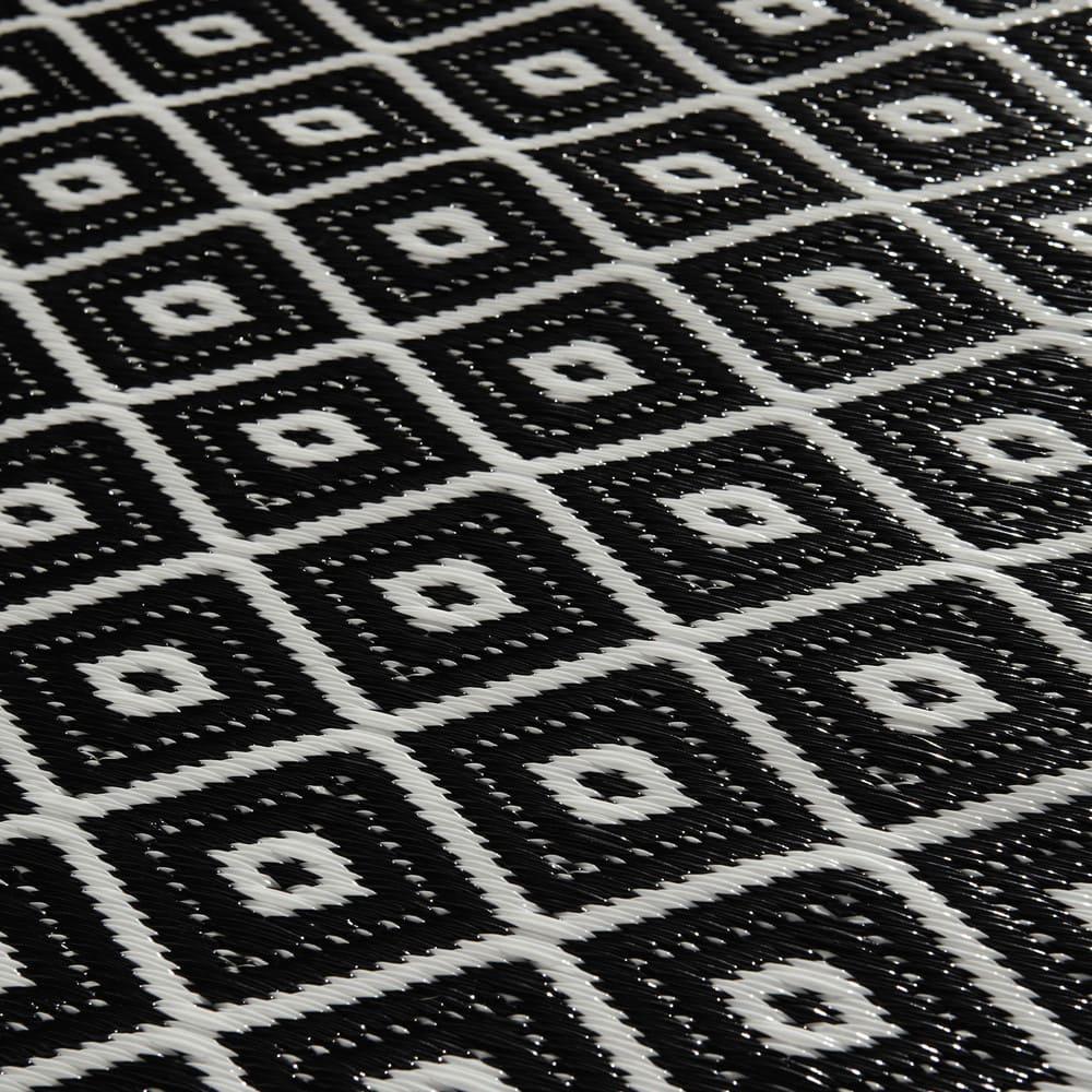 tapis d 39 ext rieur en polypropyl ne noir blanc 120x180 kamari maisons du monde. Black Bedroom Furniture Sets. Home Design Ideas