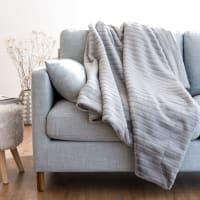 Decke aus grauem Kunstpelz mit ziselierten Streifen 140x180 Mantiqueira