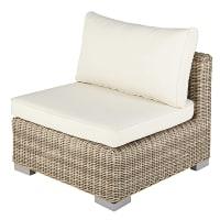 Lage beige wicker fauteuil met ecrukleurige kussens Sardaigne