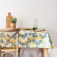 COREOPSIS - Nappe enduite en coton écru motif floral vert et jaune 140x250