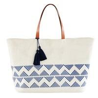 Strandtasche aus ecrufarbener Baumwolle mit blauen grafischen Motiven