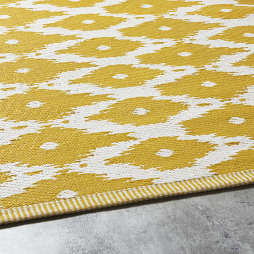 Alfombra de exterior amarilla con motivos decorativos