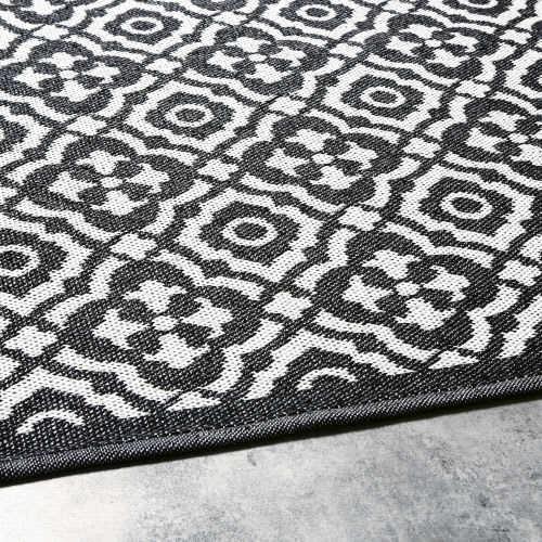 Outdoor Rug With Black And White Graphic Print 160x230