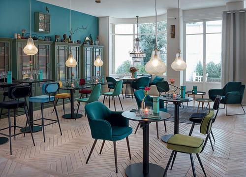 Sedia Da Bar Professionale In Velluto Nero E Metallo Nero Clapper Business Maisons Du Monde