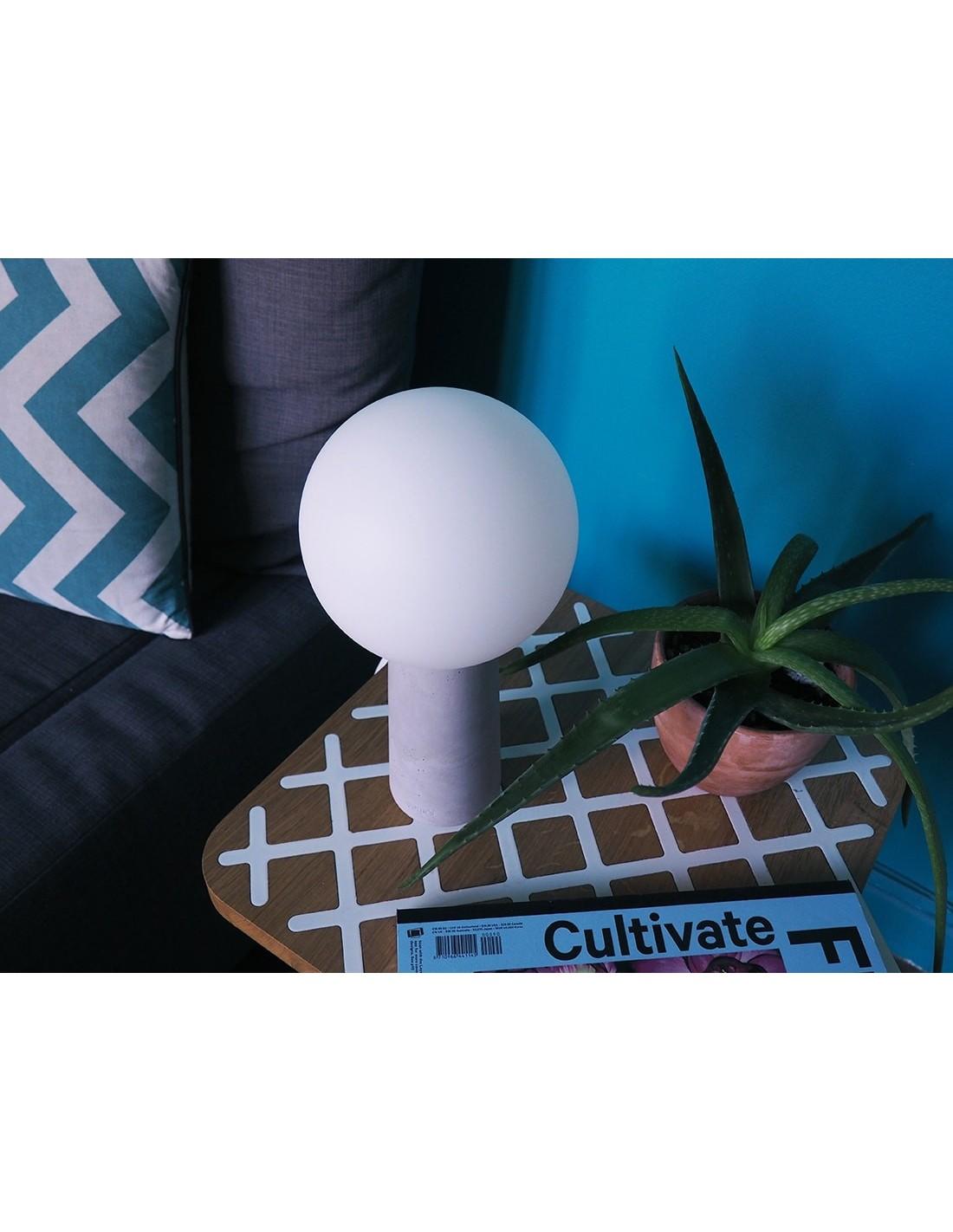 Lampe à poser en béton avec ampoule effet porcelaine
