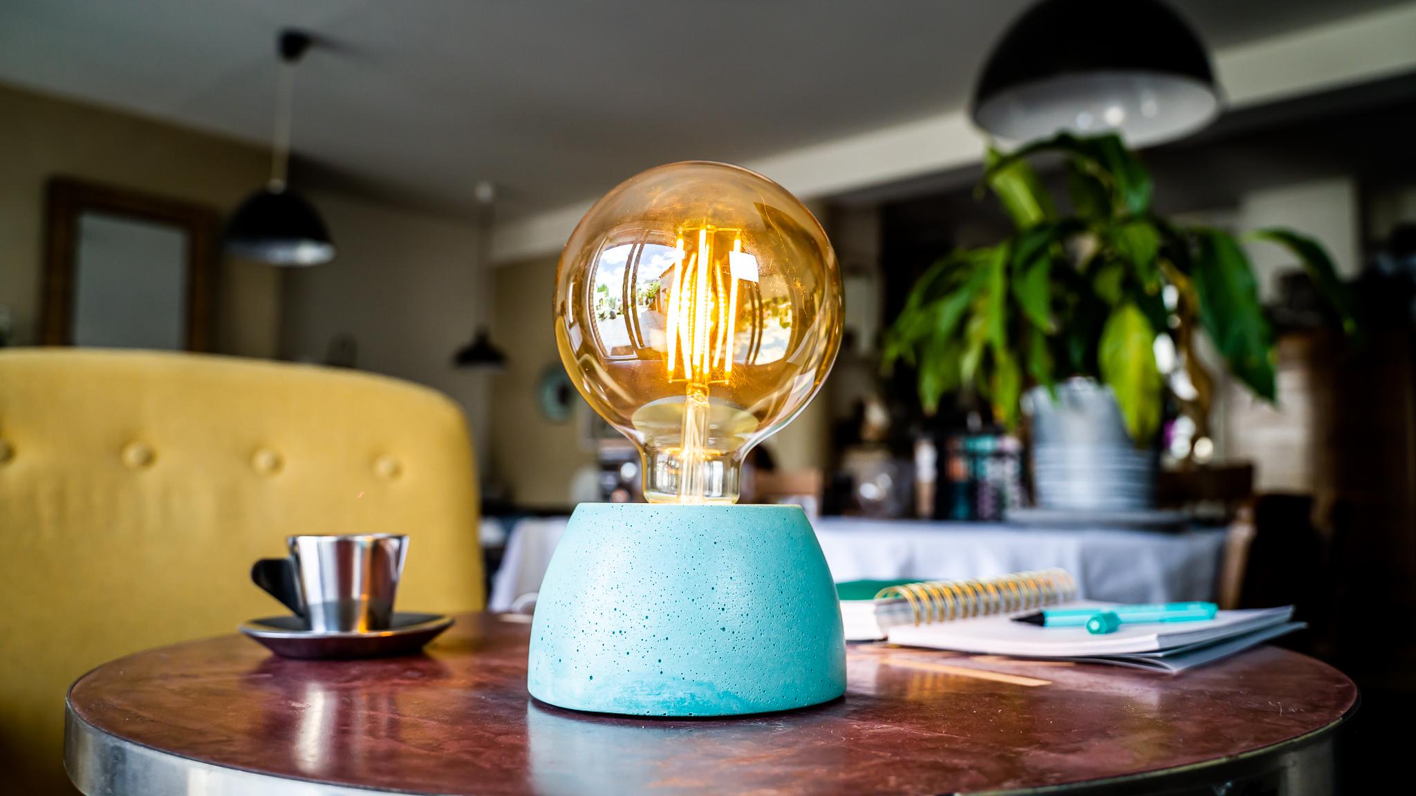Lampe dôme en béton turquoise fabrication artisanale