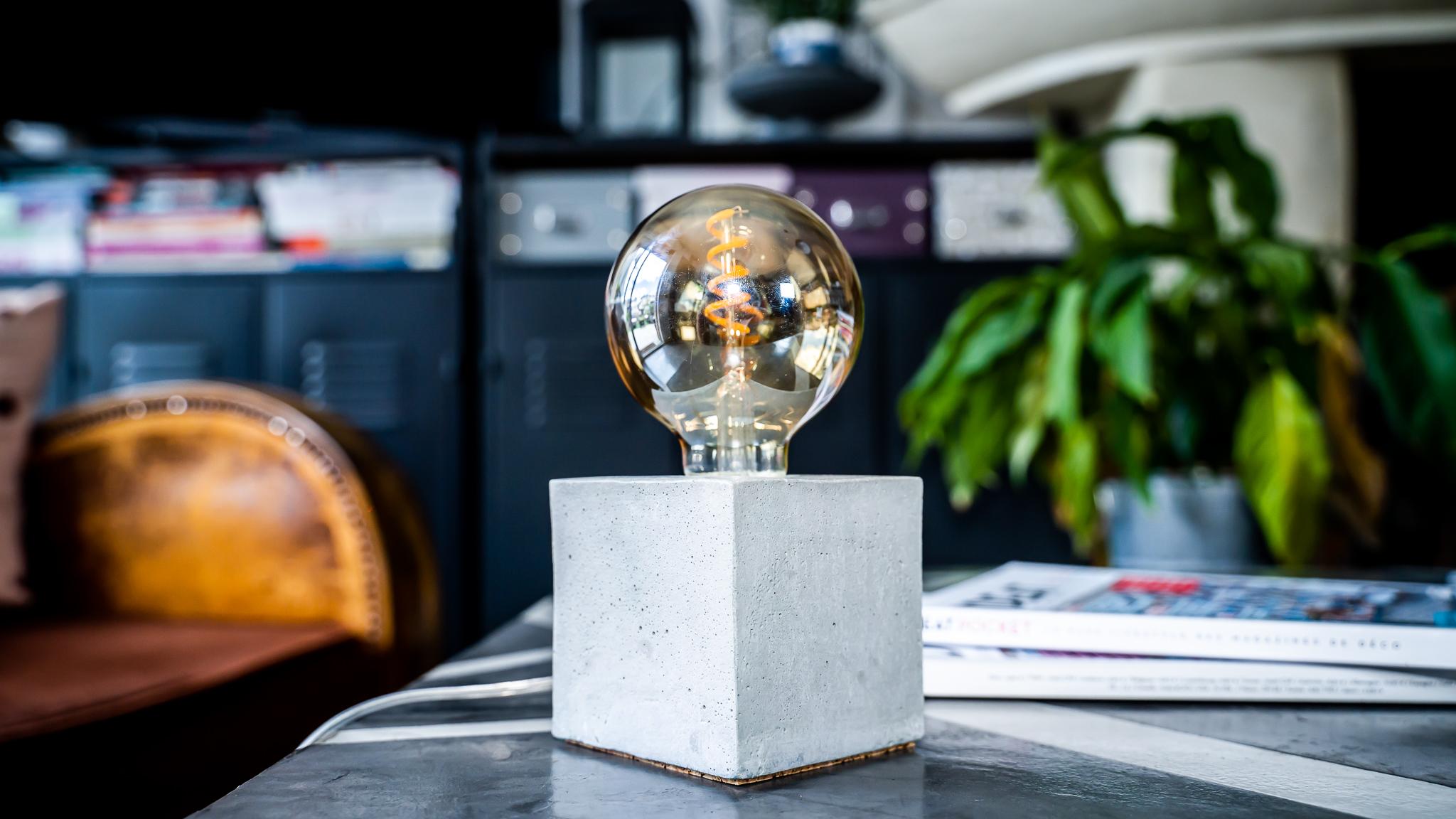 Lampe cube en béton beige fabrication artisanale