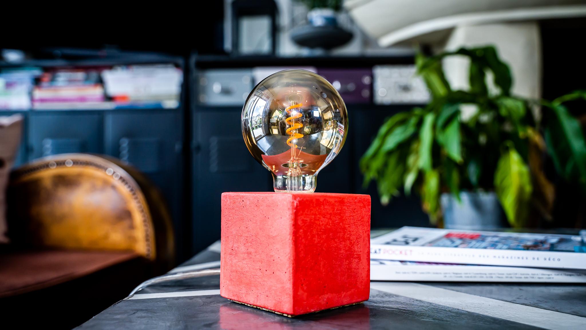 Lampe cube en béton rouge fabrication artisanale