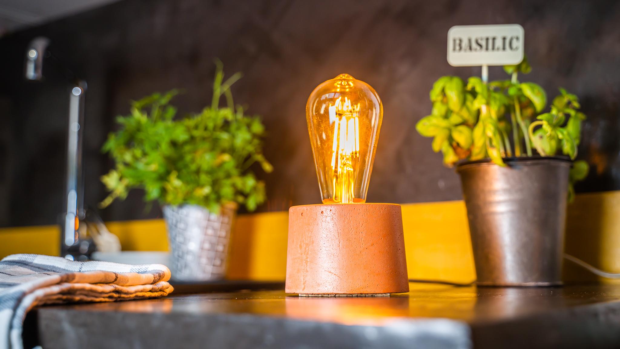 Lampe cylindrique en béton orange fabrication artisanale