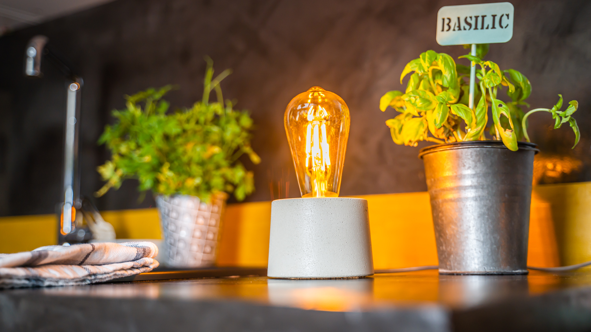 Lampe cylindrique en béton beige fabrication artisanale