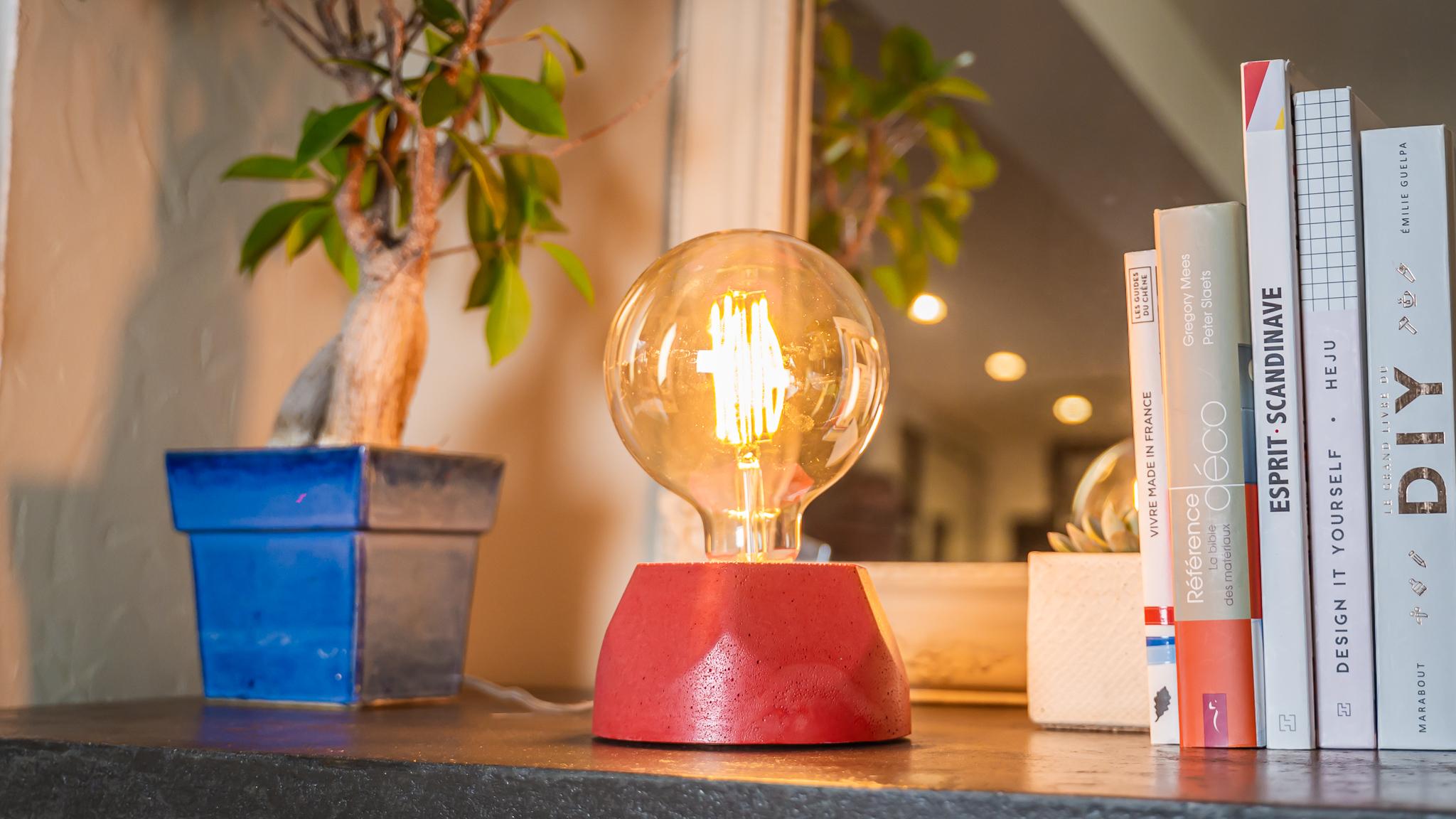 Lampe hexagone en béton rouge fabrication artisanale