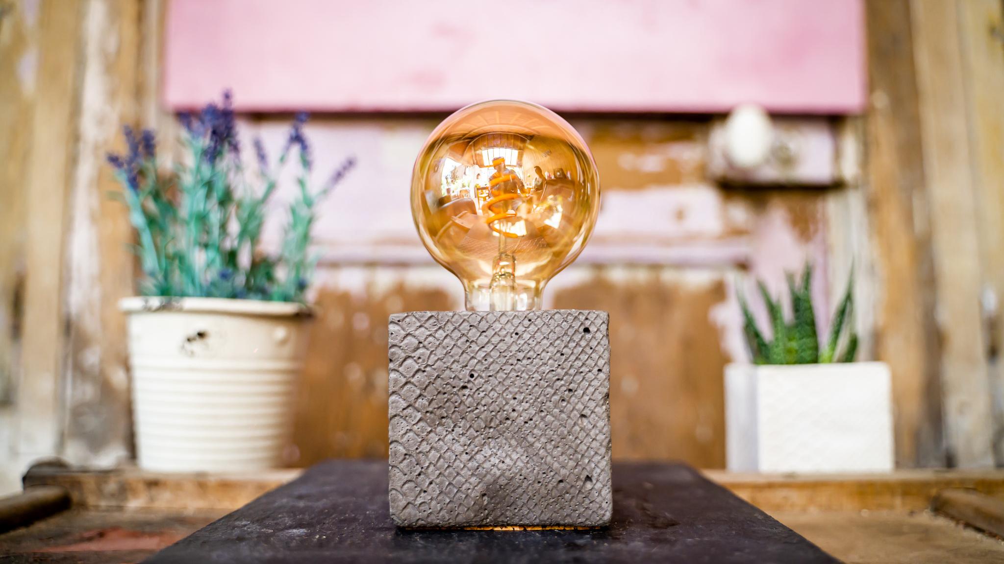 Lampe à poser en béton anthracite fabrication artisanale croco