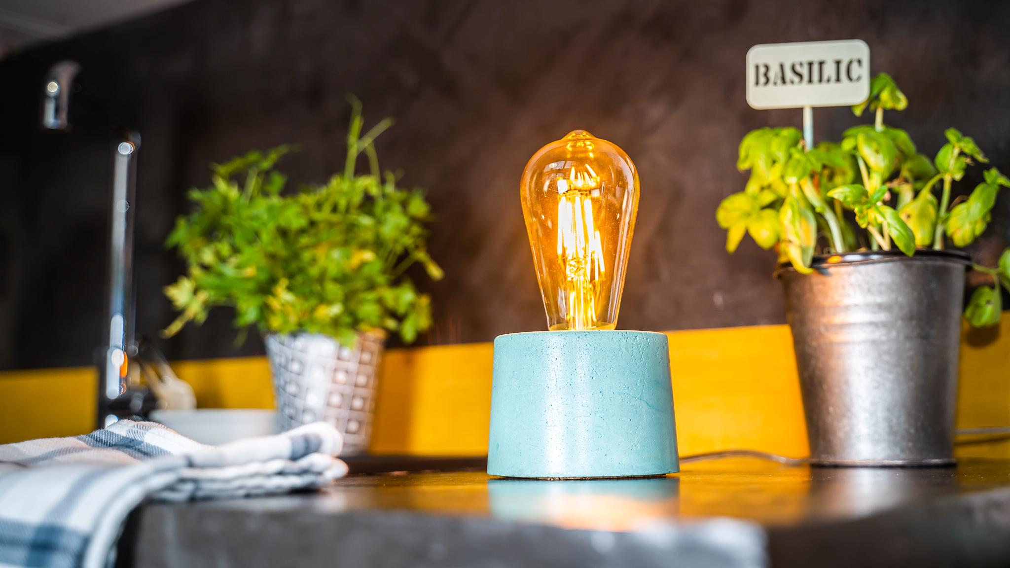Lampe cylindrique en béton turquoise fabrication artisanale