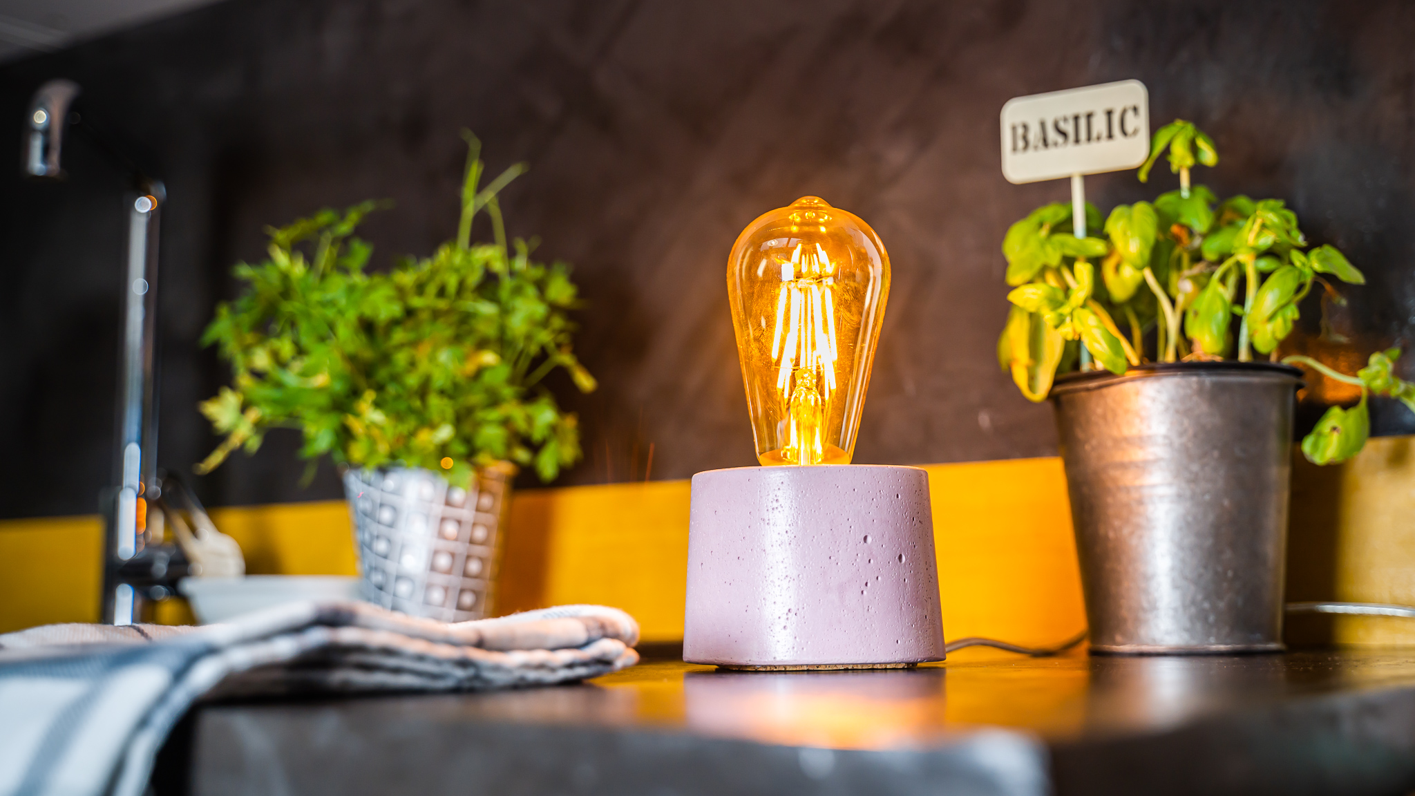Lampe cylindrique en béton rose fabrication artisanale