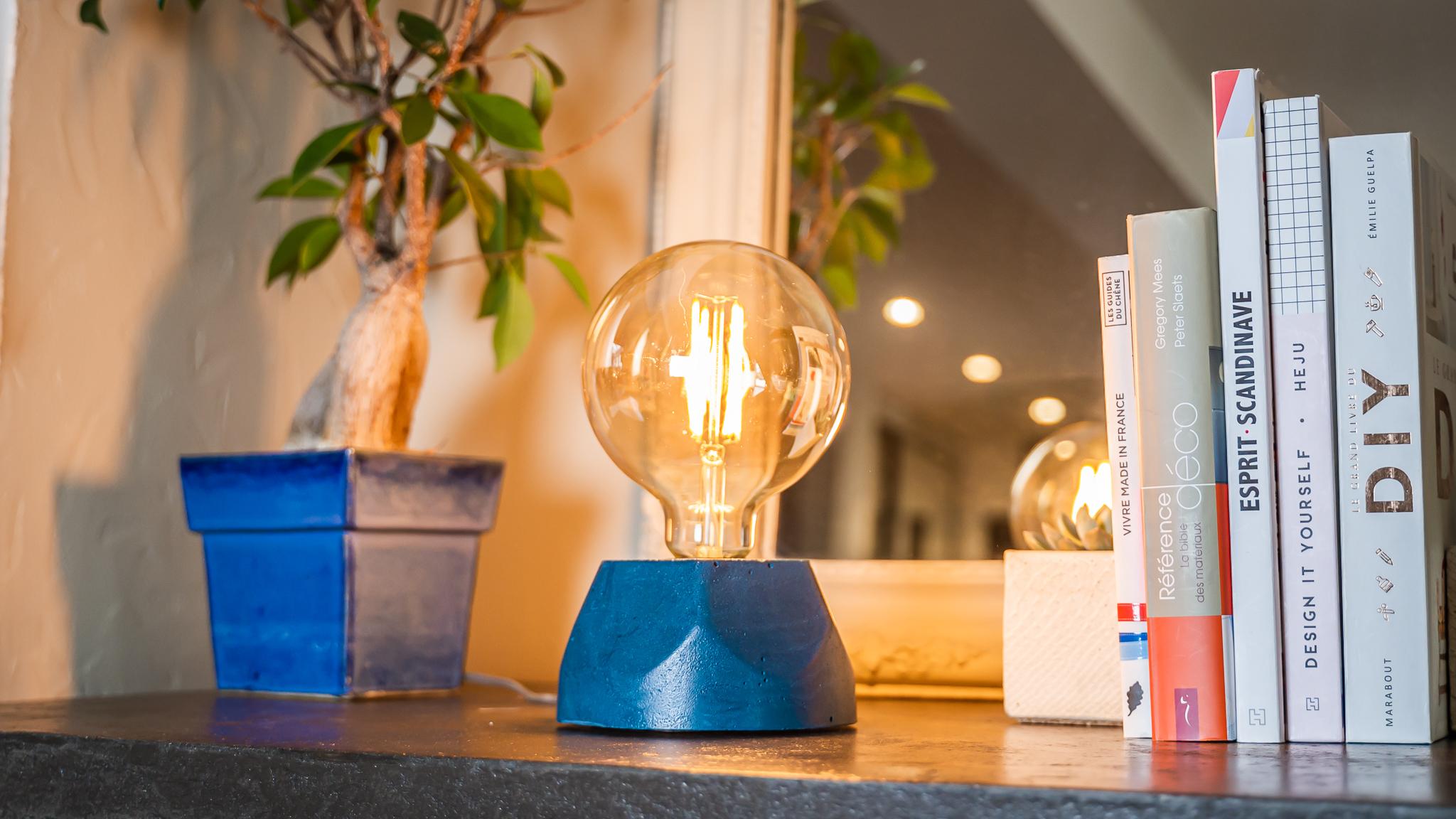 Lampe hexagone en béton bleu pétrole fabrication artisanale