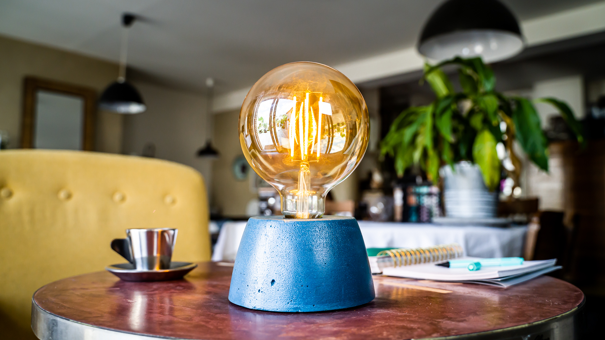 Lampe dôme en béton bleu pétrole fabrication artisanale