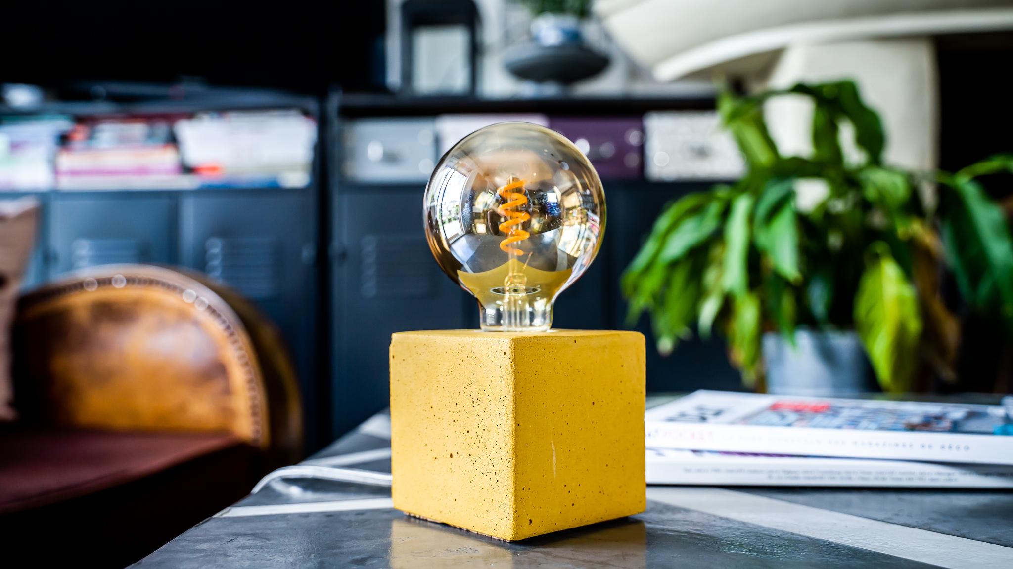 Lampe cube en béton jaune moutarde fabrication artisanale