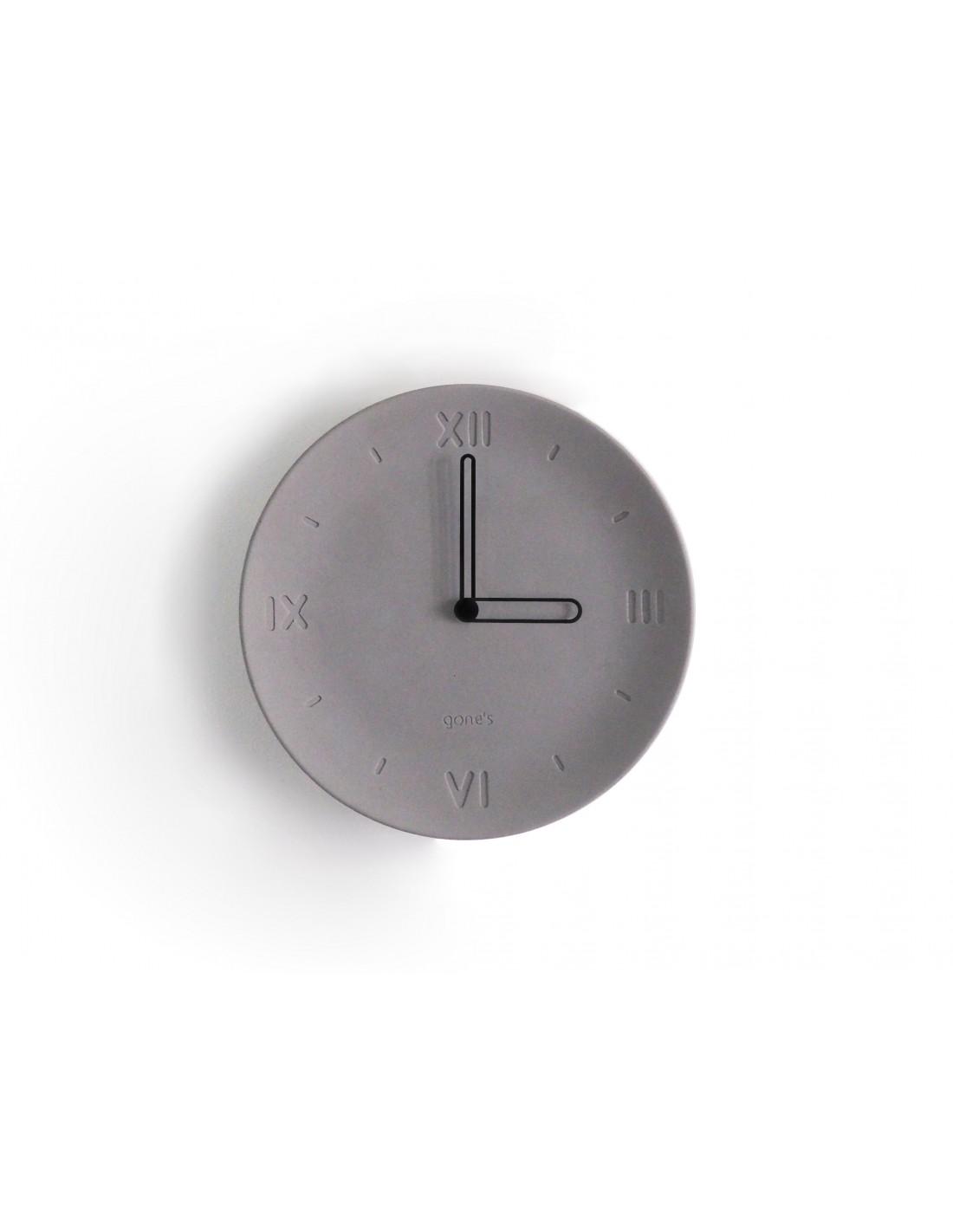Horloge en béton aiguilles noires