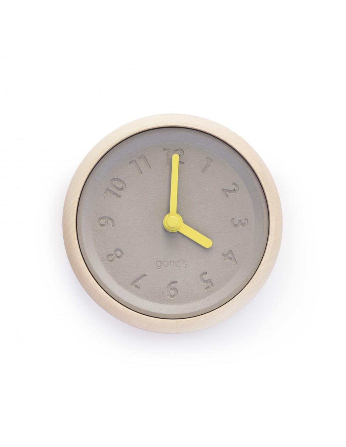 Horloge murale en bois et béton aiguilles jaunes