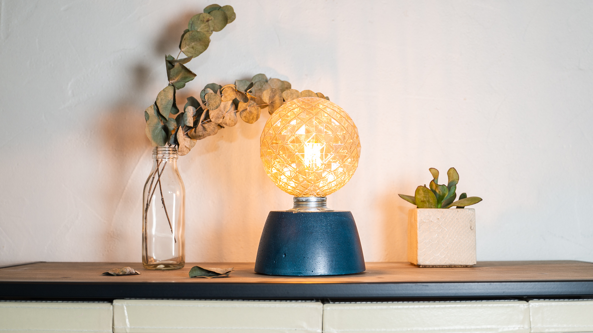 Lampe dôme diamant béton bleu pétrole fabrication artisanale