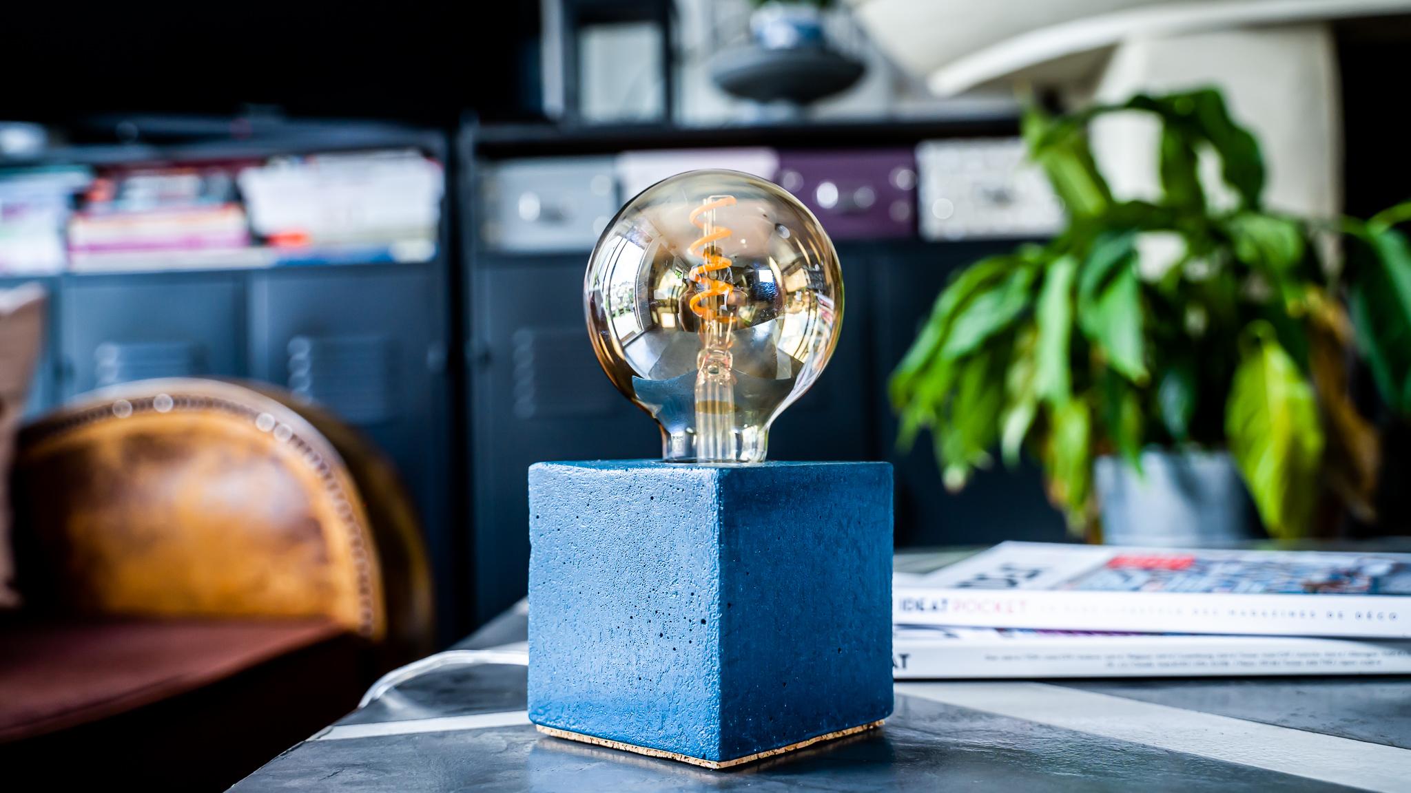 Lampe cube en béton bleu pétrole fabrication artisanale