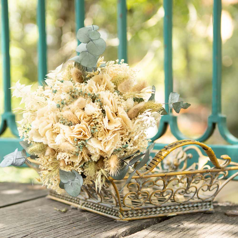 Bouquet de fleurs séchées à base d'hortensia crème et d'eucalyptus