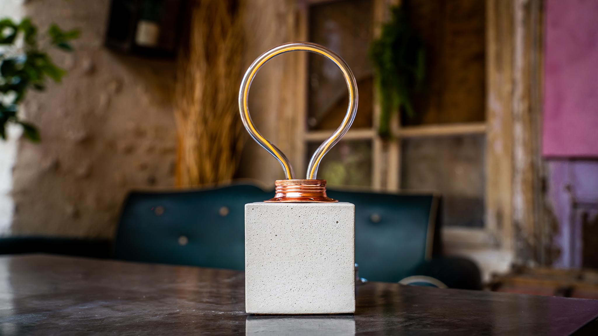 Lampe cube néon en béton beige fabrication artisanale