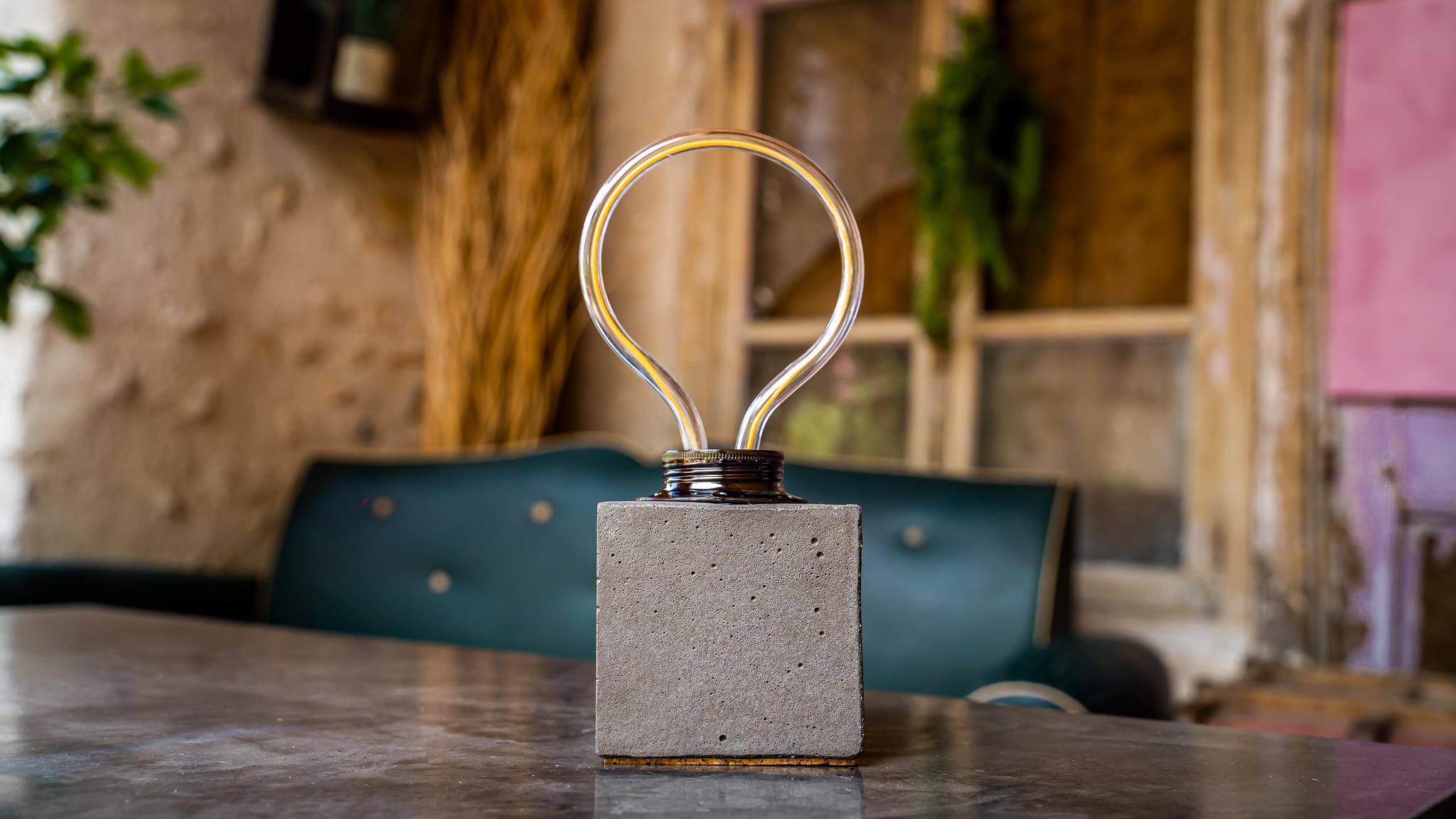 Lampe cube néon en béton anthracite fabrication artisanale