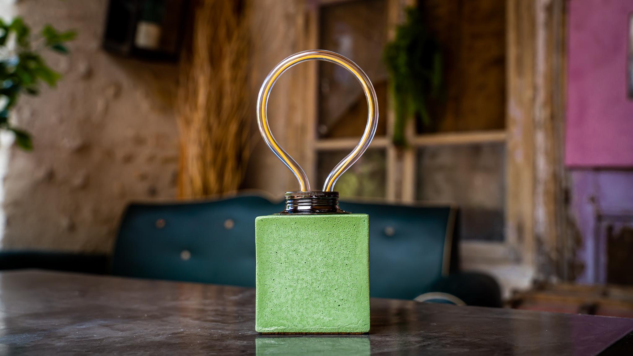 Lampe cube néon en béton vert fabrication artisanale