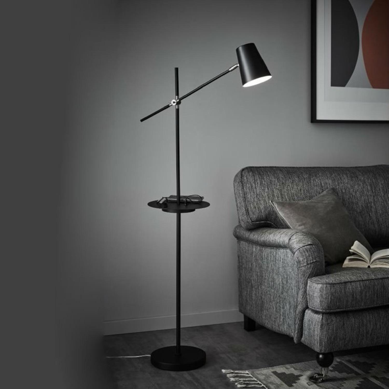Lampadaire liseuse avec tablette et port USB noir H144cm